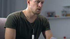 Frustrerad ung soldat som ser det sönderrivna fotoet, paravskiljande, hjärtesorg stock video
