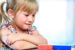 Frustrerad unge på tabellen med leken arkivfoton