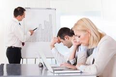Frustrerade anställda i affärsmöte Royaltyfri Bild