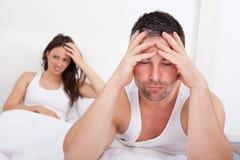 Frustrerade par på säng Arkivfoton