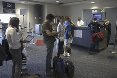 Frustrerade passagerare på logiet utfärda utegångsförbud för av flygplats Royaltyfria Foton
