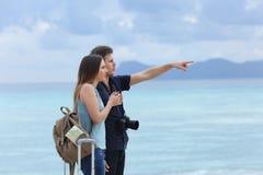 Frustrerade turister som pekar horisonten om den dåliga dagen arkivbild