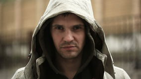 Frustrerat av vädret som står i regnet Den olyckliga mannen stock video