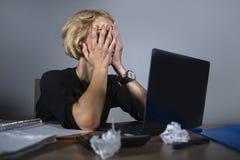 Frustrerat barn och stressat gråta för affärskvinna som är ledset på kontorsskrivbordet som arbetar med bärbar datordatoren som f royaltyfria bilder