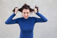 frustrerat hår som drar kvinnan arkivbild
