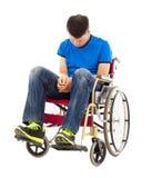Frustrerat handikappat mansammanträde på en rullstol Royaltyfri Foto
