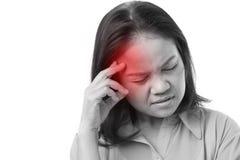 Frustrerat kvinnalidande från huvudvärk eller spänning royaltyfria bilder