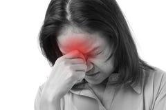 Frustrerat kvinnalidande från huvudvärk eller spänning royaltyfri bild