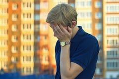 Frustrerat ledset för affärsman för borttappat arbete arkivfoto