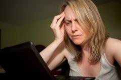 Frustrerat med bärbar datordatoren royaltyfri foto