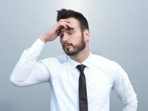 Frustrerat med den unga affärsmannen för problem Arkivfoton