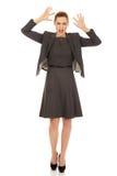 Frustrerat skrika för affärskvinna royaltyfri bild