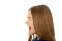 Frustrerat skrika för ung kvinna arkivbild