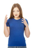 Frustrerat skrika för ung kvinna royaltyfri foto