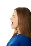 Frustrerat skrika för ung kvinna arkivbilder