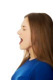 Frustrerat skrika för ung kvinna arkivfoto