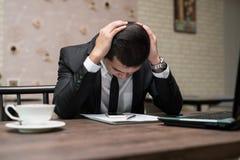 Frustrerat stressat asiatiskt affärsmansammanträde i coffee shopintelligens royaltyfri bild