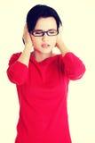 Frustrerat ungt kvinnainnehav som hon gå i ax royaltyfri fotografi