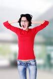 Frustrerat ungt kvinnainnehav som hon gå i ax arkivbilder