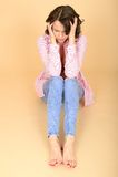 Frustrerat upprivet stressat ensamt sammanträde för ung kvinna på golv Royaltyfri Foto