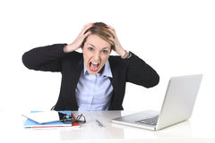 Frustrerat uttryck för attraktiv affärskvinna på kontorsarbete arkivbilder