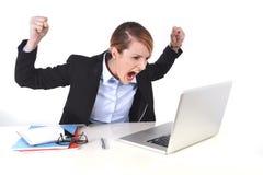 Frustrerat uttryck för attraktiv affärskvinna på kontorsarbete arkivbild