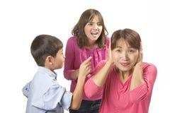 Frustriert von den nörgelnden Kindern Lizenzfreie Stockfotografie