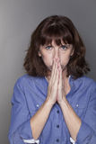 Frustrierte ältere Frau, die Hoffnungslosigkeit ausdrückt stockbild