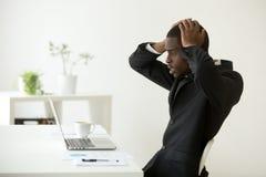Frustrierte Afroamerikanerlesefirmenkonkursnachrichten stockbild