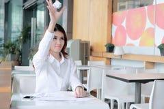 Frustrierte betonte junge asiatische Geschäftsfrau, die zerknittertes Papier wirft Deprimiertes Geschäftskonzept Stockfotografie