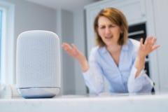 Frustrierte Frau in der Küche Digital behilfliche Frage stellend Lizenzfreies Stockbild