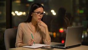 Frustrierte Frau, die über schwierigem Projekt, Mangel an Ideen und Inspiration denkt stock video