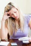 Frustrierte Frau, die ihre Wechsel einlöst Lizenzfreie Stockfotos