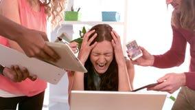 Frustrierte Frau, die an ihren Arbeitskameraden ärgerlich wird
