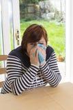 Frustrierte Frau, die im Wohnzimmer schreit Stockfotos