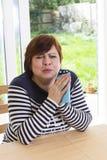 Frustrierte Frau, die im Wohnzimmer schreit Lizenzfreie Stockfotografie