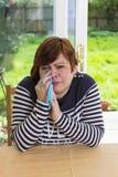 Frustrierte Frau, die im Wohnzimmer schreit Lizenzfreies Stockbild