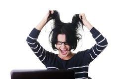 Frustrierte Frau, die an Laptop arbeitet lizenzfreie stockfotografie