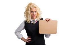 Frustrierte Frau, die Pappe hält lizenzfreie stockbilder