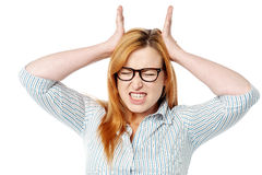 Frustrierte Frau, die Zusammenbruch ausdrückt Lizenzfreies Stockfoto