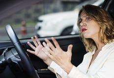 Frustrierte Frau fest im Verkehr stockfotos