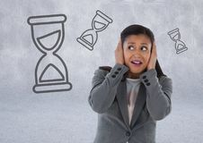 frustrierte Frau mit Sanduhren Lizenzfreies Stockfoto