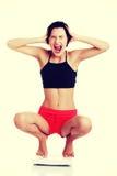 Frustrierte Frau mit Skala Stockfotografie