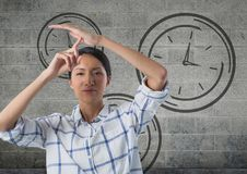 frustrierte Frau mit Uhren Lizenzfreie Stockfotografie