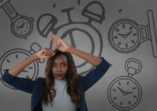 Frustrierte Frau vor Uhren Stockbild