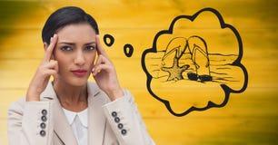 Frustrierte Geschäftsfrau, die vom Strand gegen undeutliches gelbes Büro träumt Lizenzfreie Stockfotografie