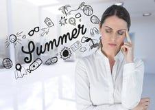 Frustrierte Geschäftsfrau gegen Sommergekritzel und undeutliches weißes Büro Stockbild