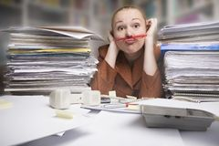 Frustrierte Geschäftsfrau mit Bleistift unter Wekzeugspritze Lizenzfreies Stockbild