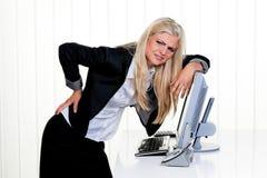 Frustrierte Geschäftsfrau mit Computer Stockfotografie