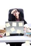 Frustrierte Geschäftsfrau mit ihren Aufgaben Lizenzfreies Stockfoto